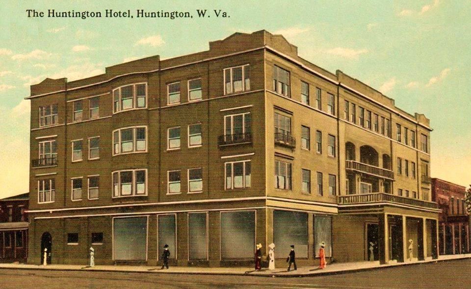 The Hotel Huntington before the balcony above the entrance was enclosed with glass