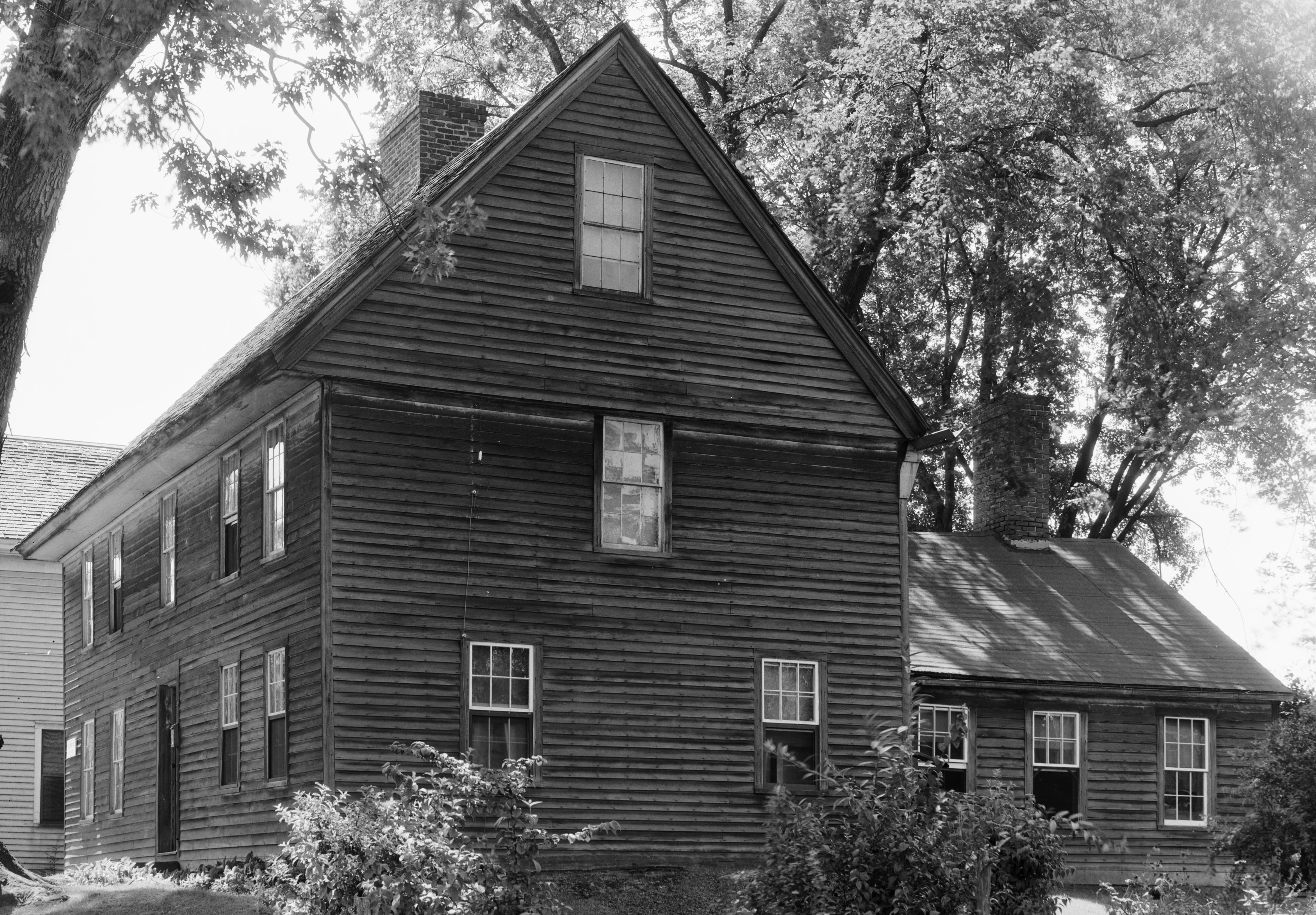 A c.1930s photo of the house that includes a rear ell that was added sometime earlier.