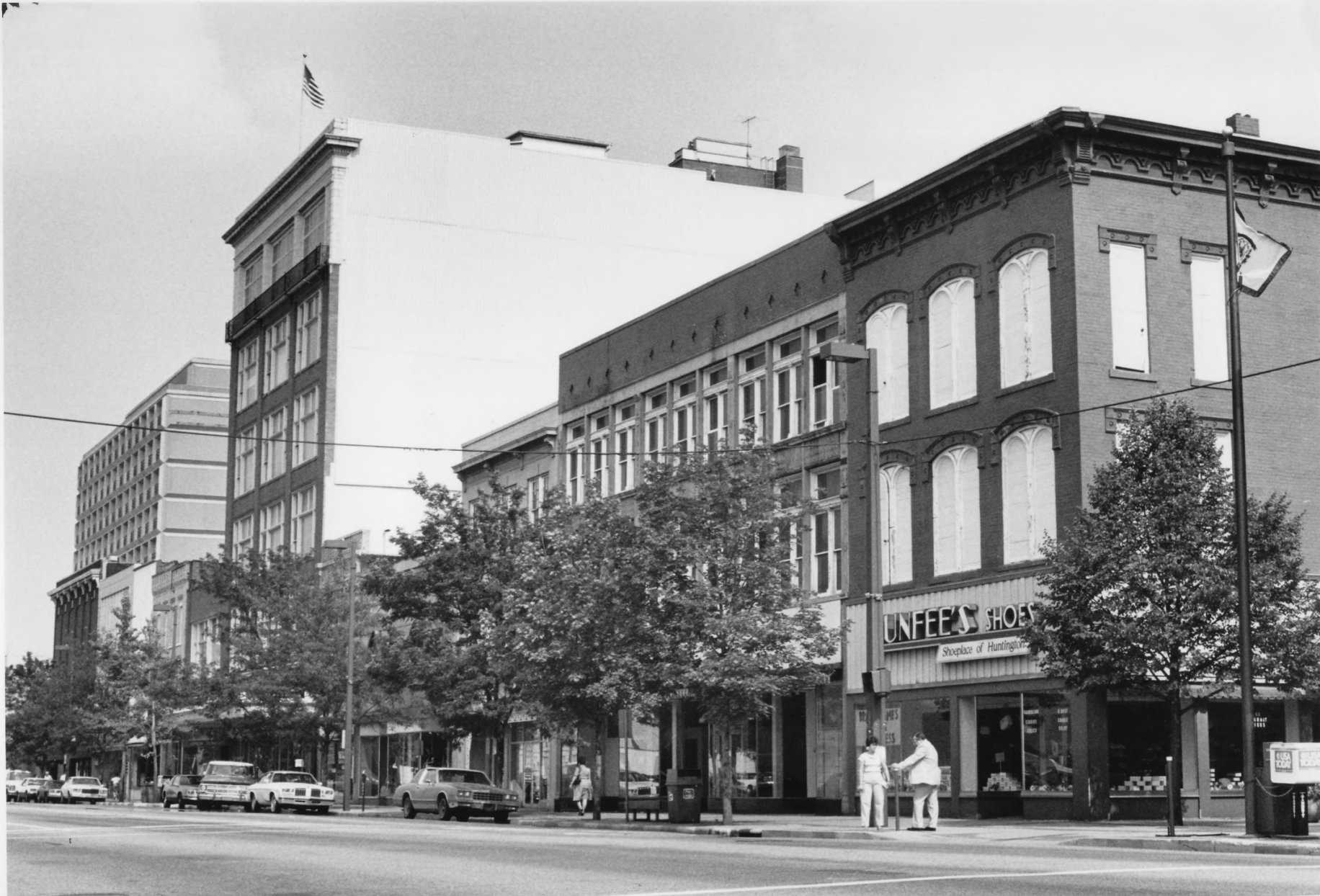3rd Avenue with the Broh Building, housing Dunfee's Shoes, in 1985