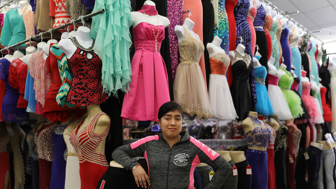 Candy Navarrete sells clothes at the Discount Mall in La Villita. Source: El temor a redadas de Inmigración afecta el comercio en La Villita. Chicago Tribune. February 19, 2017. Accessed May 30, 2019. https://www.chicagotribune.com/hoy/ct-hoy-8809188