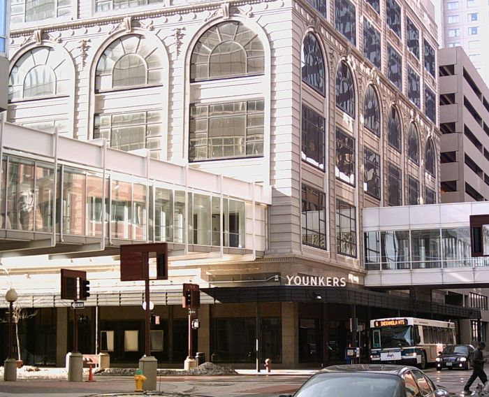 Former Younkers store in Des Moines and skywalks in 2007, partly destroyed by 2014 fire (Iowahwyman)
