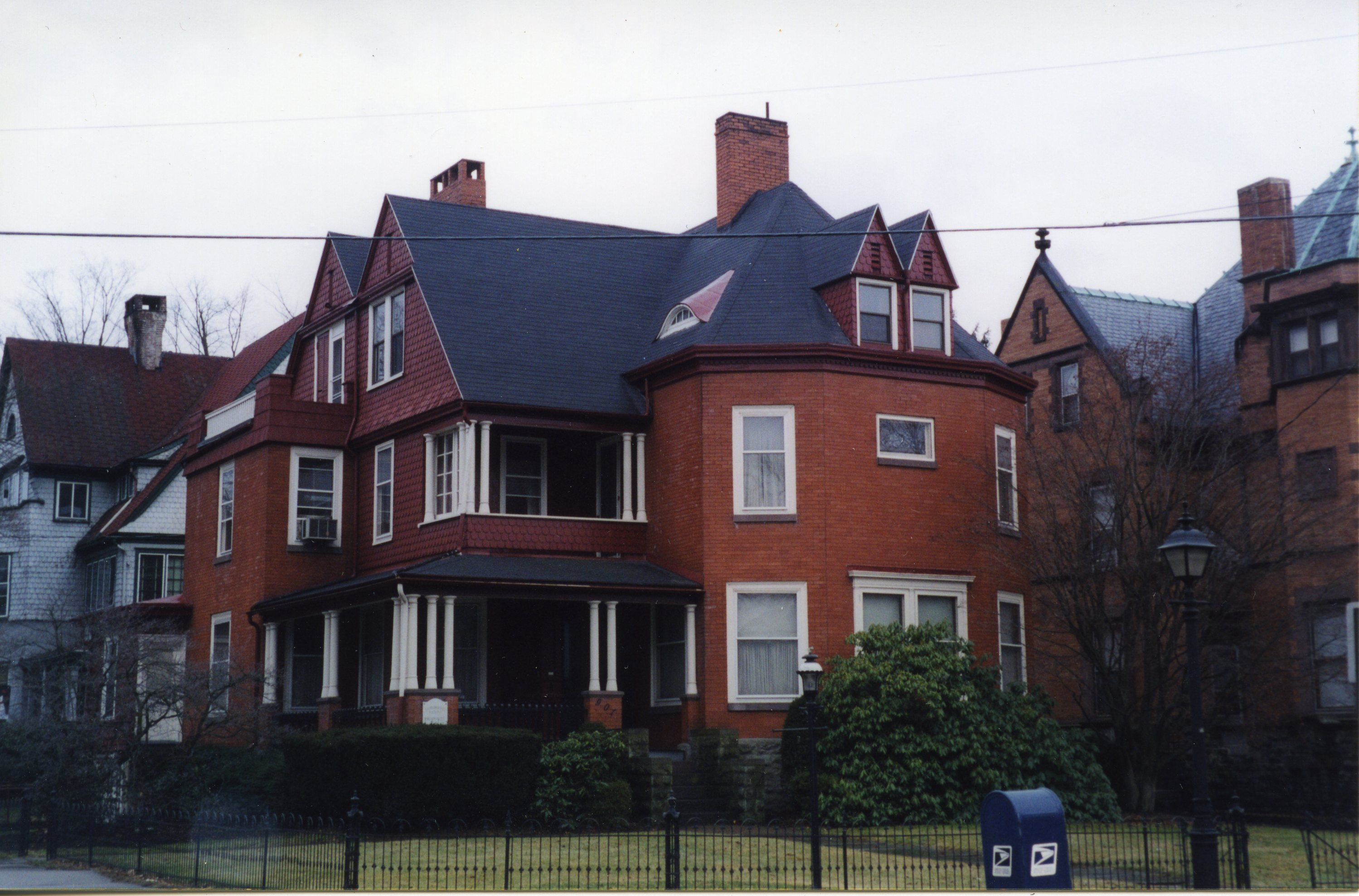 901 from W 4th Street, pre-restoration (2002)