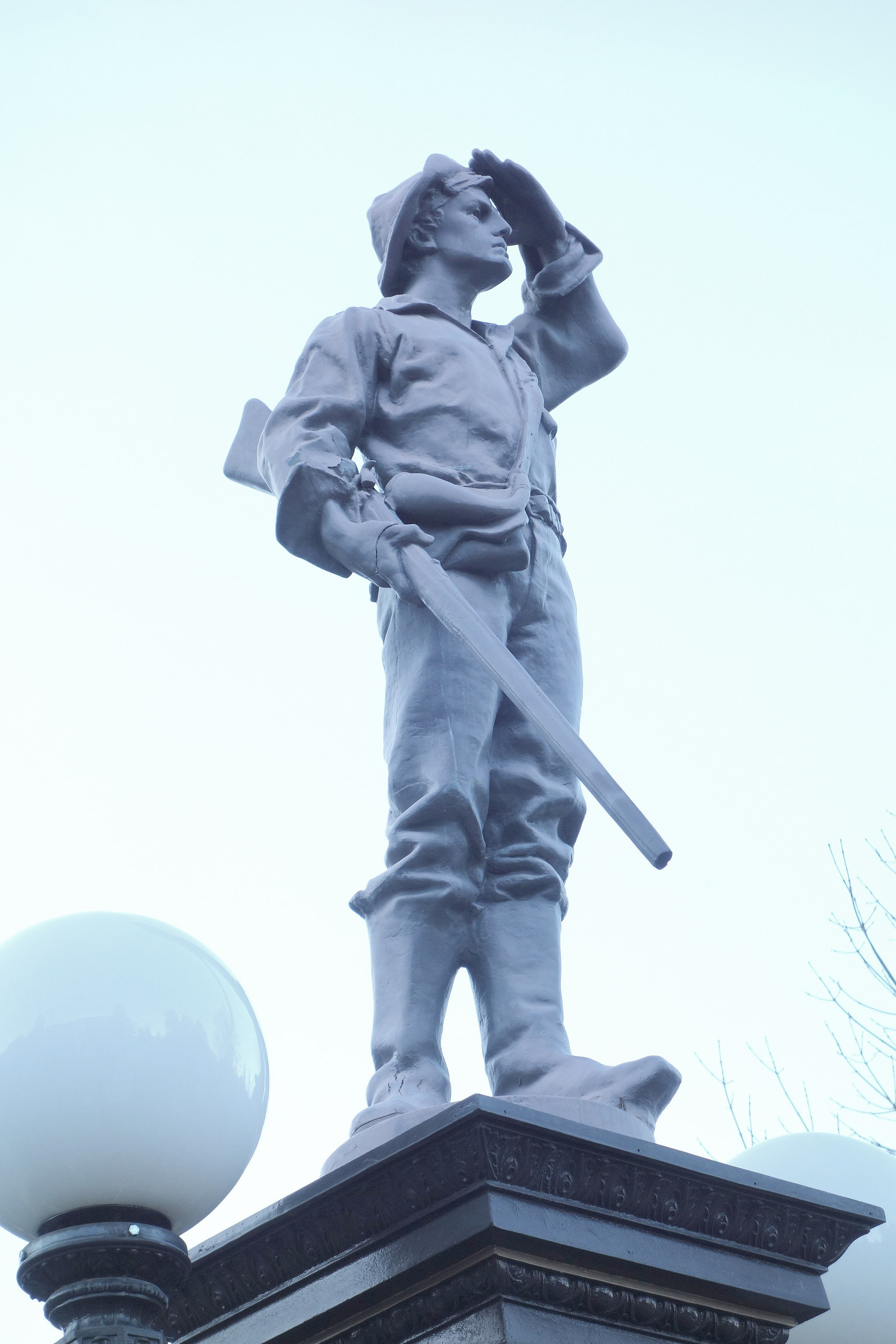 """Pioneer Mike"" statue. Photo by Daderot. https://commons.wikimedia.org/wiki/File:H._B._and_H._H._Carter_Memorial_Fountain_-_Ashland,_Oregon_-_DSC02663.JPG"