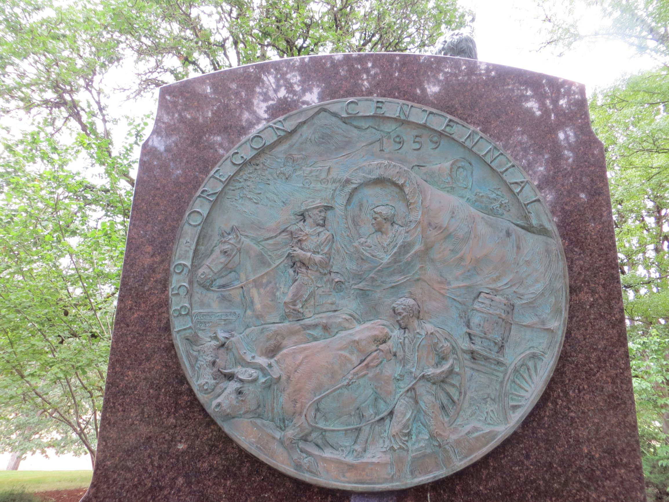 Oregon Centennial medallion on reverse of monument. Photo by Cynthia Prescott.