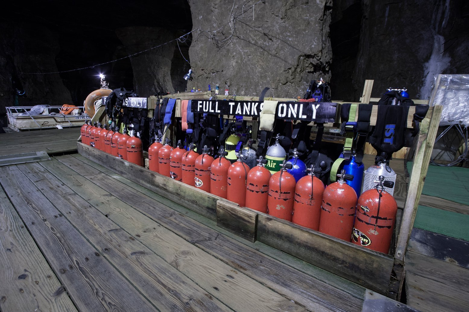 The mine offers scuba diving equipment. Diving tours are led by experienced divers.