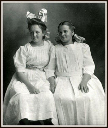 Photograph of sisters Marion and Dorothy Brockway