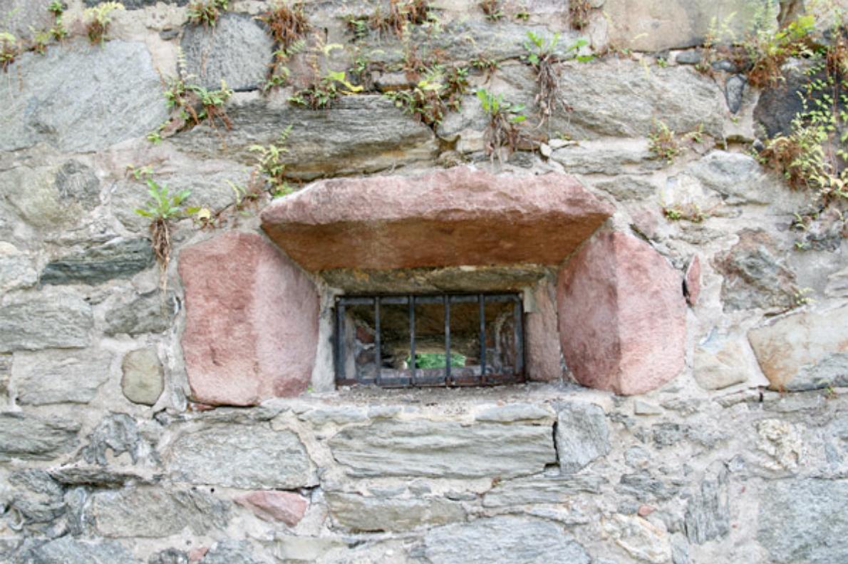 Gunport, red sandstone, The Blockhouse
