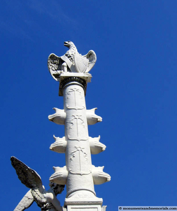 Close-up of the eagle perched at the top of the monument.