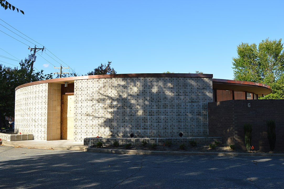 Photograph of exterior block wall, Higgins Doctors Office Bldg. by Nyttend (2017)