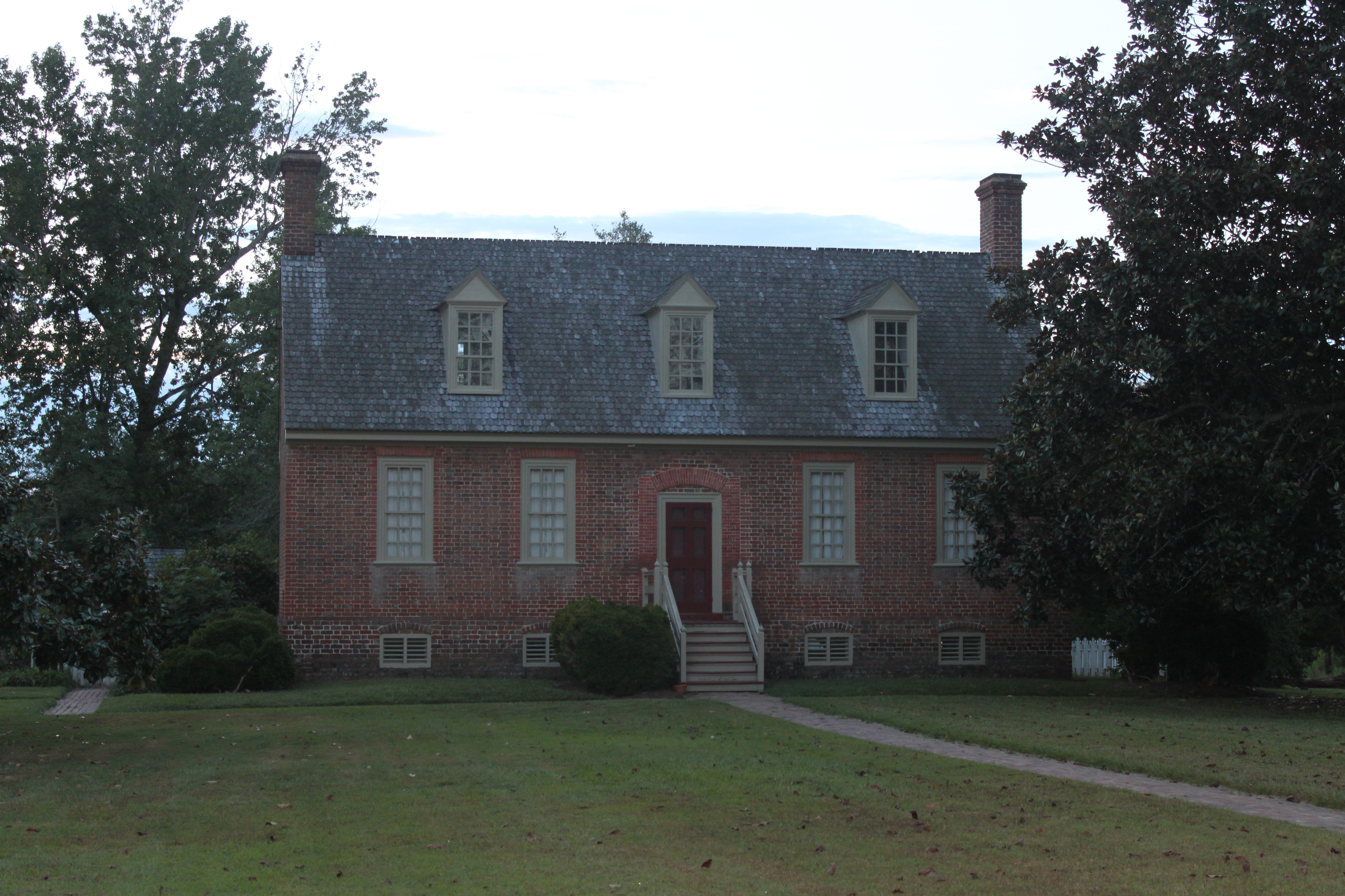 Smith's Fort Plantation House by NatWebb on Wikimedia Commons (CC BY-SA 3.0)