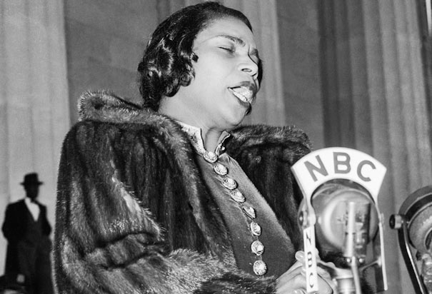 Marian Anderson sings at the Lincoln Memorial. Photo credit to history.com