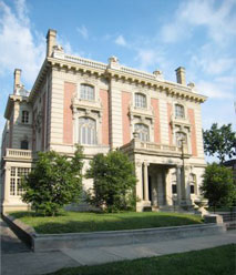 The Filson acquired the Ferguson Mansion in 1986. This Beaux Arts mansion was built in the 1920s for the family of Edwin Hite Ferguson, a leading industrialist. The building later became a funeral parlor in the 1920s.