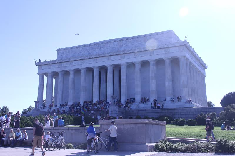 The Lincoln Memorial bears a neoclassical design with large columns and marble. It is reminiscent of the Parthenon in Athens, considered the cradle of democracy.