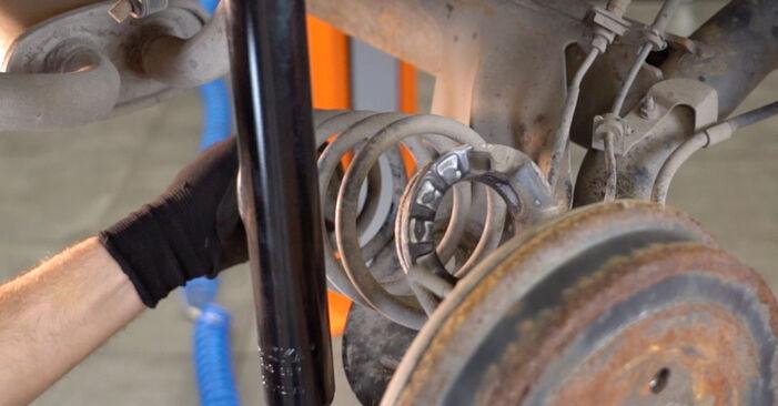 Udskiftning af Fjeder på Toyota Aygo ab1 2005 1 ved gør-det-selv indsats