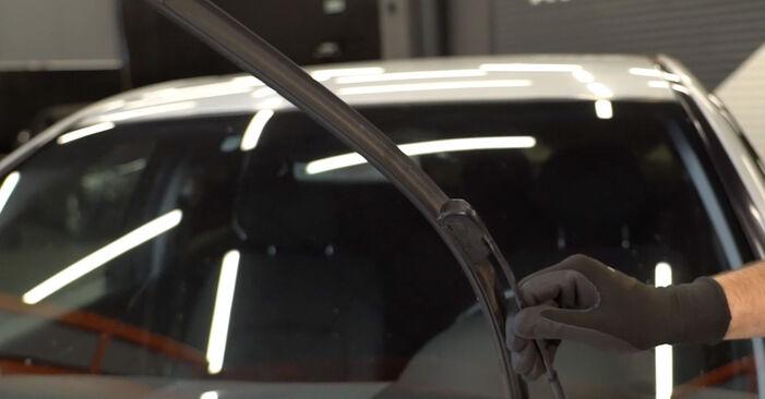 Wie man MERCEDES-BENZ C-Klasse Limousine (W203) C 220 CDI 2.2 (203.006) 2001 Scheibenwischer wechselt - Schritt-für-Schritt-Leitfäden und Video-Tutorials