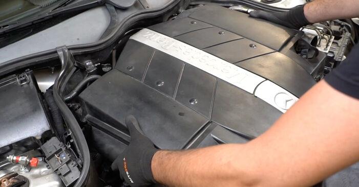 Wie Luftfilter MERCEDES-BENZ C-Klasse Limousine (W203) C 180 1.8 Kompressor (203.046) 2001 austauschen - Schrittweise Handbücher und Videoanleitungen