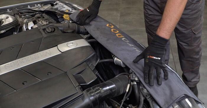 Wie Ölfilter MERCEDES-BENZ C-Klasse Limousine (W203) C 180 1.8 Kompressor (203.046) 2001 austauschen - Schrittweise Handbücher und Videoanleitungen