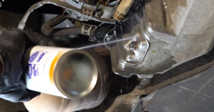 Ölfilter am MERCEDES-BENZ C-Klasse Limousine (W203) C 270 CDI 2.7 (203.016) 2005 wechseln – Laden Sie sich PDF-Handbücher und Videoanleitungen herunter