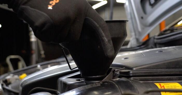 Austauschen Anleitung Ölfilter am Mercedes W203 2002 C 220 CDI 2.2 (203.006) selbst