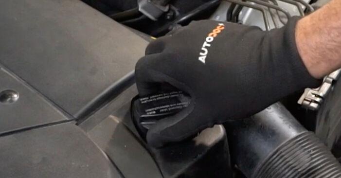 Tausch Tutorial Ölfilter am MERCEDES-BENZ C-Klasse Limousine (W203) 2004 wechselt - Tipps und Tricks