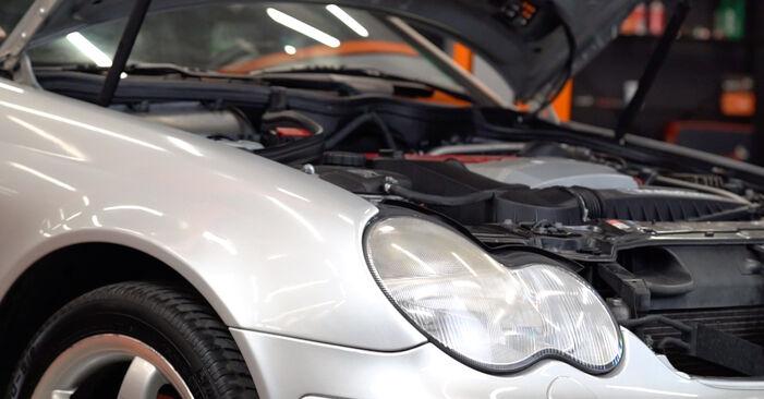 Kuinka vaihtaa Öljynsuodatin Mercedes W203 2000 -autoon - ilmaiset PDF- ja video-oppaat
