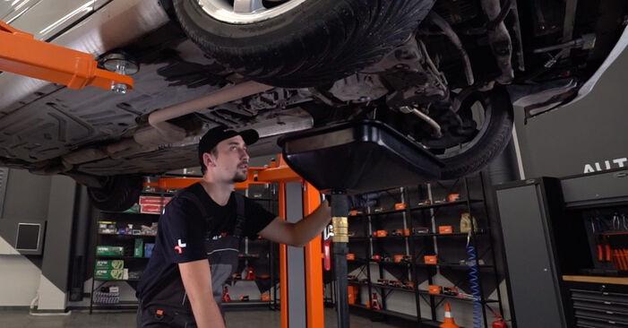 Vaihtaa Öljynsuodatin itse Mercedes W203 2002 C 220 CDI 2.2 (203.006) -autoon
