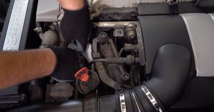 Kuinka vaikeaa on tehdä itse: Öljynsuodatin-osien vaihto Mercedes W203 C 200 2.0 Kompressor (203.045) 2006 -autoon - lataa kuvitettu opas