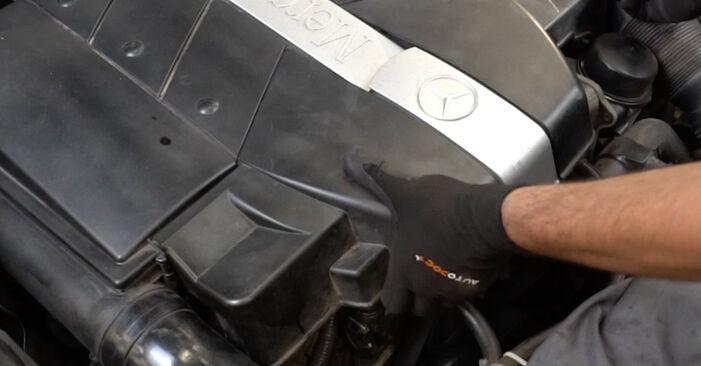 Zündkerzen Mercedes W203 C 220 CDI 2.2 (203.008) 2002 wechseln: Kostenlose Reparaturhandbücher