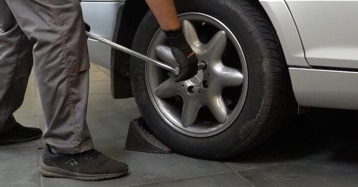 Cómo cambiar Brazo De Suspensión en un Mercedes W203 2000 - Manuales en PDF y en video gratuitos