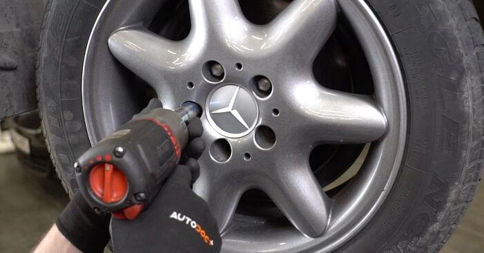 Sustitución de Brazo De Suspensión en un Mercedes W203 C 180 1.8 Kompressor (203.046) 2002: manuales de taller gratuitos