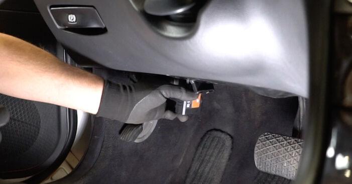 Wie Bremsbeläge MERCEDES-BENZ E-Klasse Limousine (W211) E 270 CDI 2.7 (211.016) 2003 austauschen - Schrittweise Handbücher und Videoanleitungen
