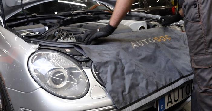 Wie man MERCEDES-BENZ E-Klasse Limousine (W211) E 220 CDI 2.2 (211.006) 2003 Motorlager austauscht - Schritt-für-Schritt-Tutorials und Videoanleitungen