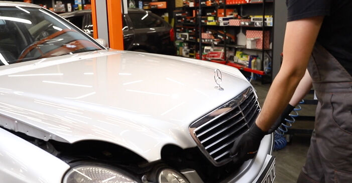 Tauschen Sie Motorlager beim Mercedes W211 2004 E 220 CDI 2.2 (211.006) selber aus