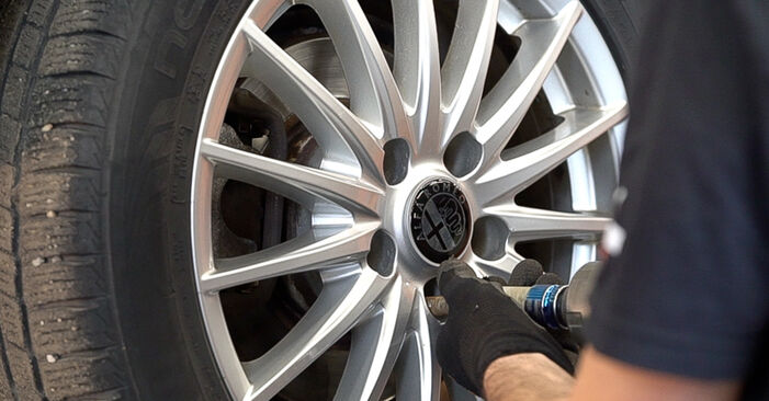 Mennyire nehéz önállóan elvégezni: Alfa Romeo 159 Sportwagon 1.8 TBi 2011 Lengéscsillapító cseréje - töltse le az ábrákat tartalmazó útmutatót