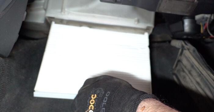 Så svårt är det att göra själv: Byt Kupefilter på Volvo V70 SW 2.4 D 2005 – ladda ned illustrerad guide