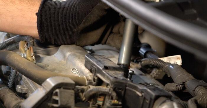 Wie schwer ist es, selbst zu reparieren: Zündkerzen Toyota Auris e15 1.33 Dual-VVTi (NRE150_) 2012 Tausch - Downloaden Sie sich illustrierte Anleitungen