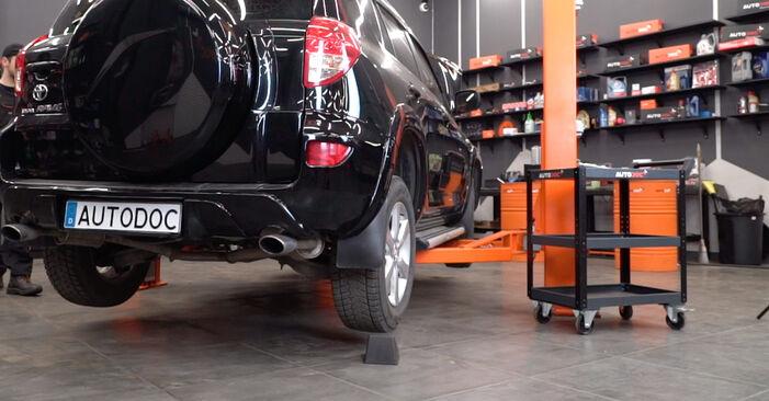 Come sostituire TOYOTA RAV 4 III (ACA3_, ACE_, ALA3_, GSA3_, ZSA3_) 2.2 D 4WD (ALA30_) 2006 Biellette Barra Stabilizzatrice - manuali passo passo e video guide