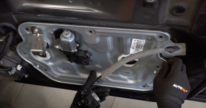 Schimbare Nissan Qashqai j10 2.0 dCi Allrad 2008 Maner usa: manualele de atelier gratuite