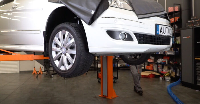Kiek užtrunka keitimas: Mercedes W245 2012 Spyruoklės - informatyvi PDF instrukcija