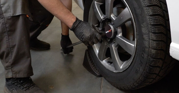 Jak wymienić VW Polo Sedan (602, 604, 612, 614) 1.6 TDI 2010 Zawieszenie - instrukcje krok po kroku i filmiki instruktażowe