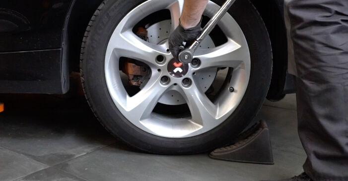 Wie schwer ist es, selbst zu reparieren: Federn BMW E82 120i 2.0 2006 Tausch - Downloaden Sie sich illustrierte Anleitungen