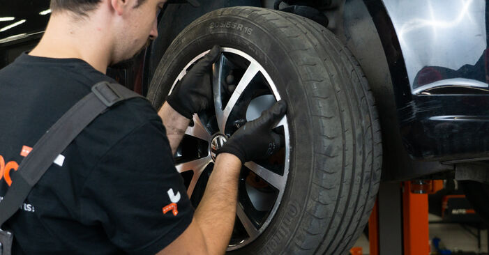 Tausch Tutorial Bremsscheiben am VW TOURAN (1T3) 2010 wechselt - Tipps und Tricks