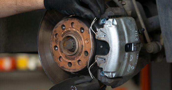 Wie schwer ist es, selbst zu reparieren: Bremsscheiben Touran 1t3 2.0 TDI 2010 Tausch - Downloaden Sie sich illustrierte Anleitungen