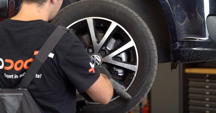 Hoe VW TOURAN 1.2 TSI 2014 Remblokken wisselen - online eenvoudige handleiding