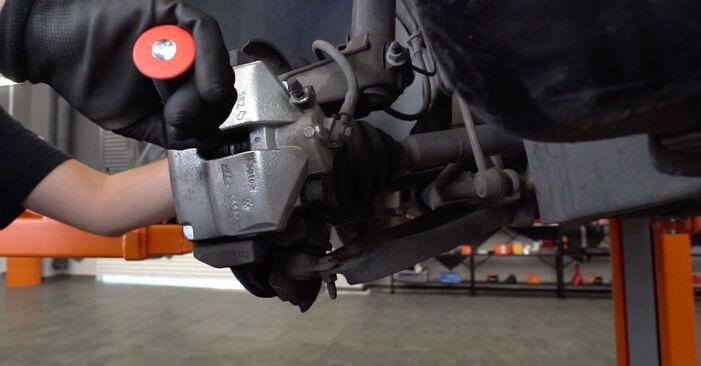 VW TOURAN 2011 Remblokken stap voor stap instructies voor vervanging