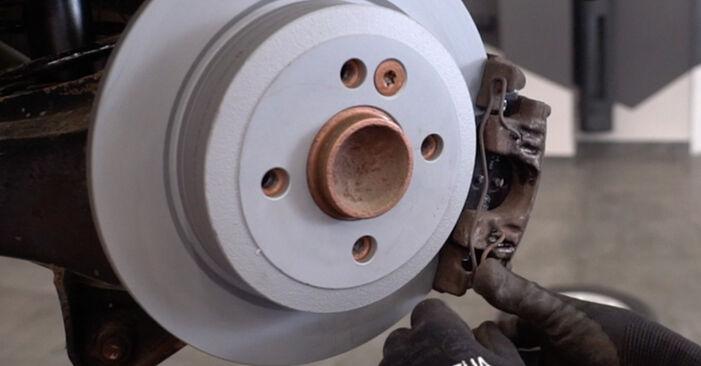 Wechseln Bremsbeläge am MINI Schrägheck (R50, R53) 1.4 D One 2004 selber