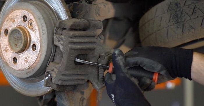 Wie schwer ist es, selbst zu reparieren: Bremsbeläge Mini R50 1.6 John Cooper Works 2001 Tausch - Downloaden Sie sich illustrierte Anleitungen