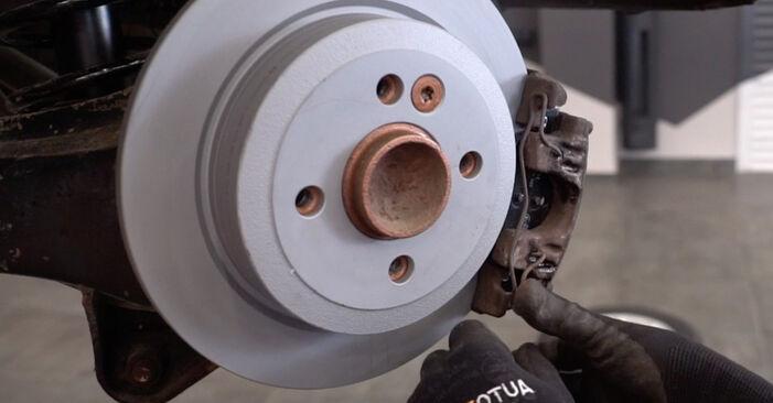 Tausch Tutorial Bremsscheiben am MINI Schrägheck (R50, R53) 2001 wechselt - Tipps und Tricks