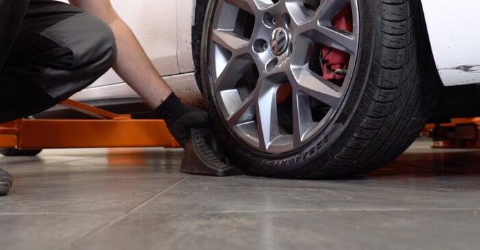 Wie man VW GOLF VI (5K1) 1.6 TDI 2004 Bremsscheiben austauscht - Schritt-für-Schritt-Tutorials und Videoanleitungen