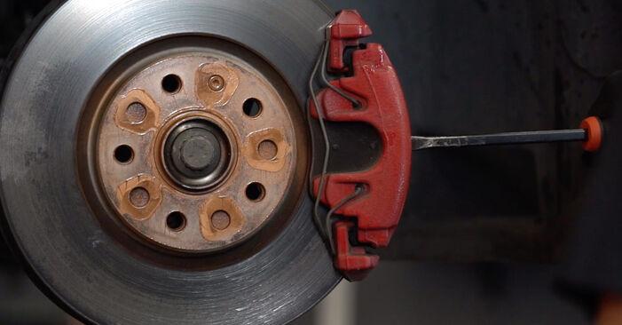 Wie schmierig ist es, selber zu reparieren: Bremsscheiben beim Golf 6 1.6 TDI 2009 wechseln – Downloaden Sie sich Bildanleitungen